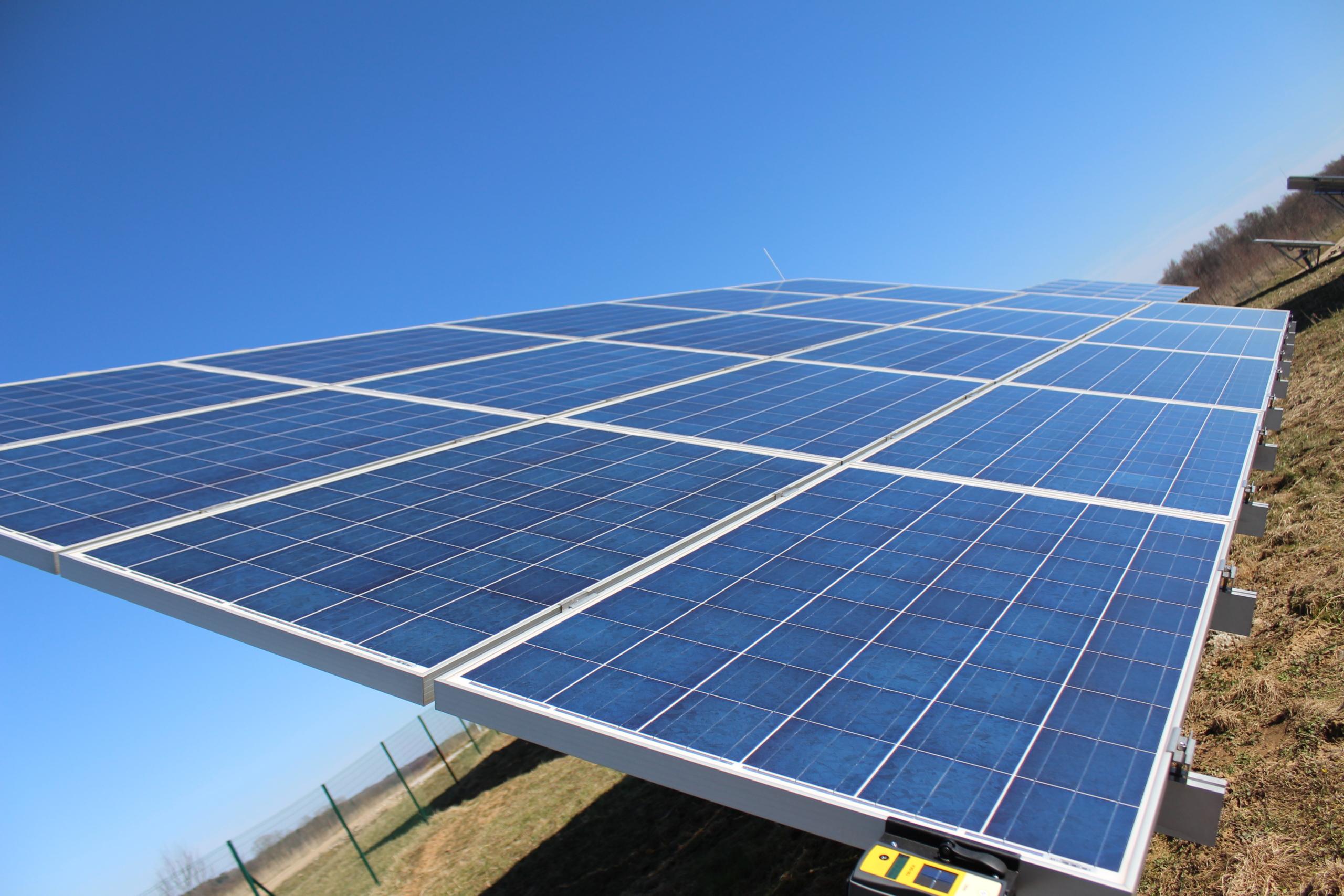 Altenergija saulės elektrinė pievoje